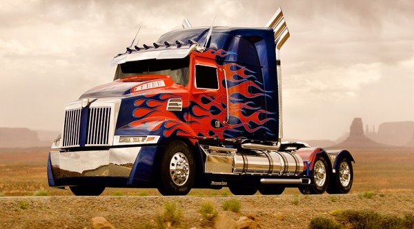 A carreta disfarce de Optimus Prime em TRANSFORMERS 4
