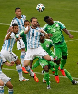 Dentro de campo, a Argentina venceu a Nigéria por 3x2. Ambas se classificaram para as oitavas de final. Foto: Reuters