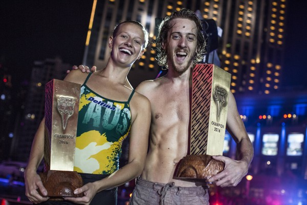 Campeões do Cliff Diving World Series 2016 Gary Hunt do Reino Unido e Rhiannan Iffland da Austrália comemoram com seus troféus em Dubai-UAE-Foto-Dean Treml