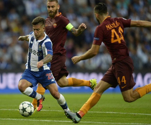 Porto's Brailian midfielder Otavio (L) controls the ball next AS Roma's midfielder Daniele De Rossi (C) and Greek defender Kostas Manolas during the UEFA Champions League first leg play off football match FC Porto vs AS Roma at the Dragao stadium in Porto on August 17, 2016. / AFP PHOTO / MIGUEL RIOPA